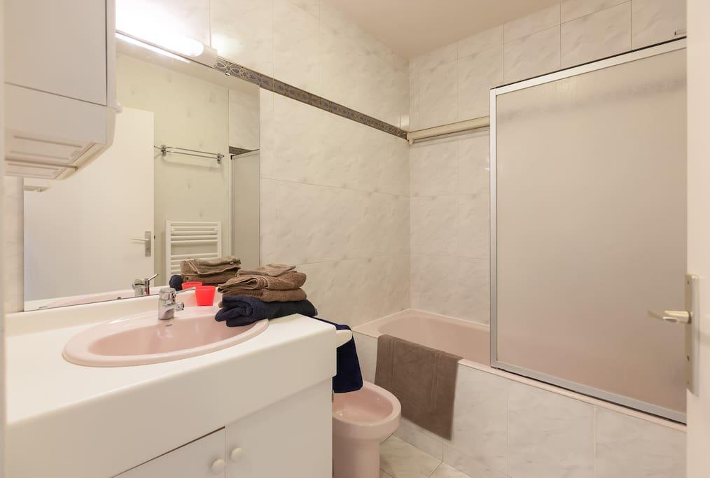 La salle de bains avec baignoire