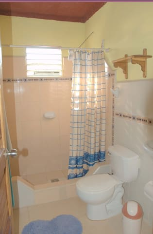 baño con servicio de agua caliente