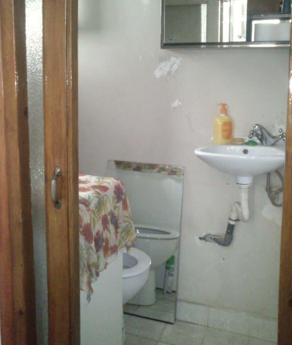 Pequeño toilette dentro de la habitación