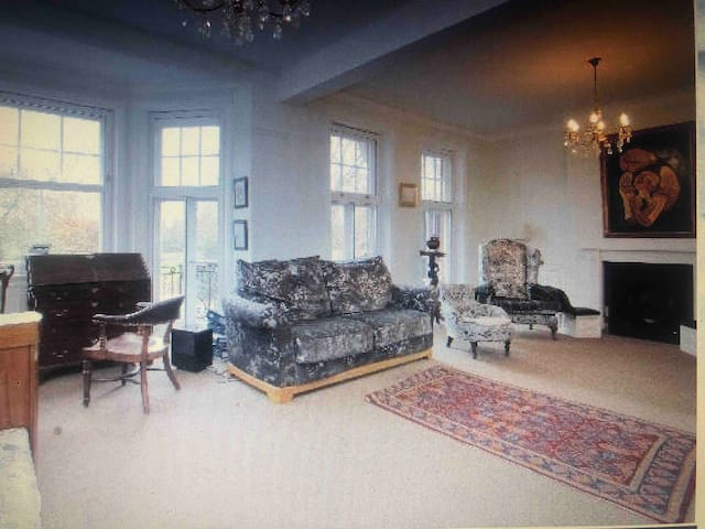 Very large bright family flat overlooking park