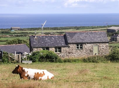 Rustic farm retreat with sea views - Morvah