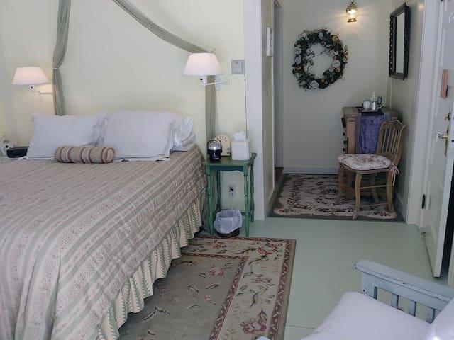 Arbor Suite- queen-size bed.