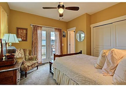 Charming Tybee and Savannah Guest Room