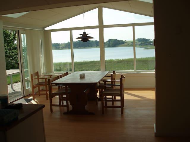 Stue med udsigt ud over Sjørup Sø