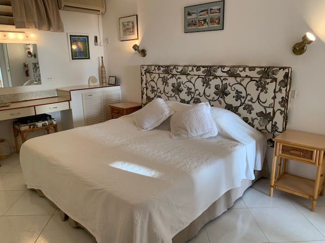 Bedroom En-Suite with King Bed or alternatively 2 Twin Beds