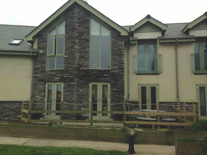 Contemporary holiday let near Bude. Bass Cottage