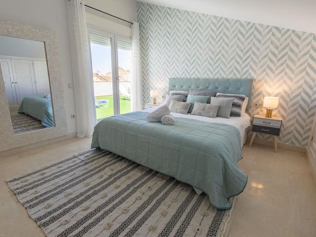 Master bedroom with terrace and ensuite bathroom. 180 x 200 cm king size bed.