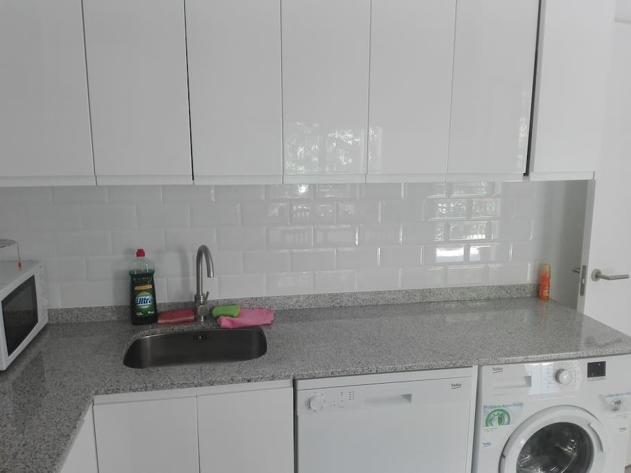 cocina con lavadora y lavaplatos