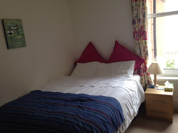 Cosy room in friendly home close to all amenities.