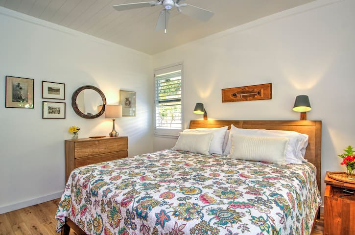 Ho'ona Hale Master suite with king bed