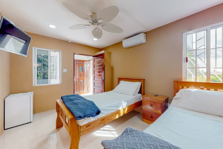 Secluded studio off the highway for easy mobility w/WiFi & shared tennis courts