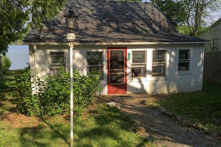 Adorable, eco-friendly lakefront cottage! - Monkton