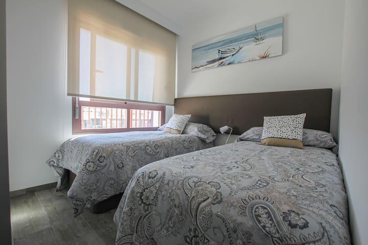El segundo dormitorio con 2 camas individuales