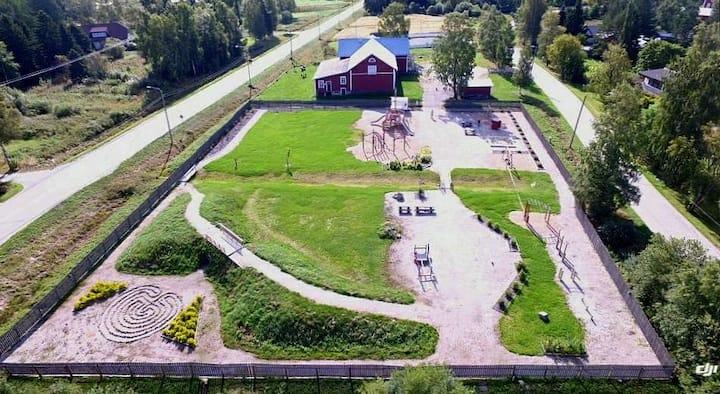 Vindsvåning bredvid lekpark 1km från badstrand