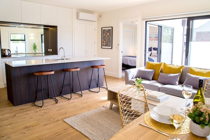 New, central stylish apartment with outdoor living