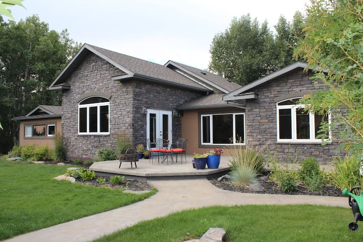 4 Bdr Show Home in the Rockies - Pincher Creek - House