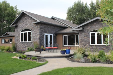 4 Bdr Show Home in the Rockies - Pincher Creek