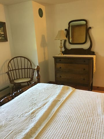 1790's Shaker Home, Full bed room#3 w/pvt Bath - New Lebanon