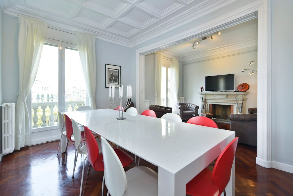 Main living room with large dining area and  3 balconies with direct views to Passeig de Gràcia