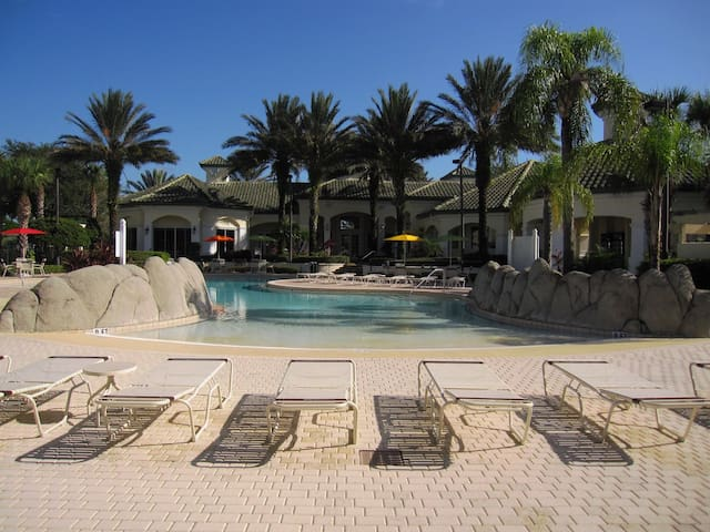 Close to Disney, heated pool, gym, tennis, gated