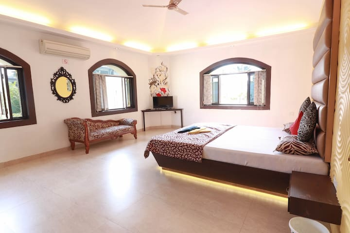 AC Prince Guest Suite with a Swimming Pool in Goa