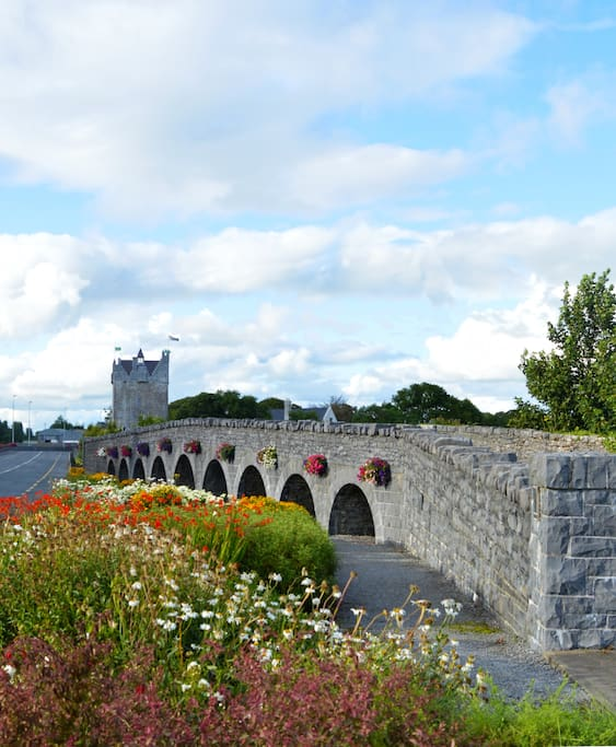 Local landmarks the Nine Arches and Claregalway Castle are a short stroll from the house.