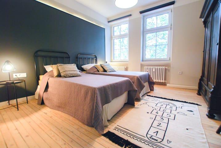 Wir können dieses Schlafzimmer auch mit einem Doppelbett ausstatten.  We can also outfit this bedroom with a double bed.