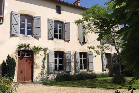 'Les Feuillantines'. East Room - Chef-Boutonne - Bed & Breakfast