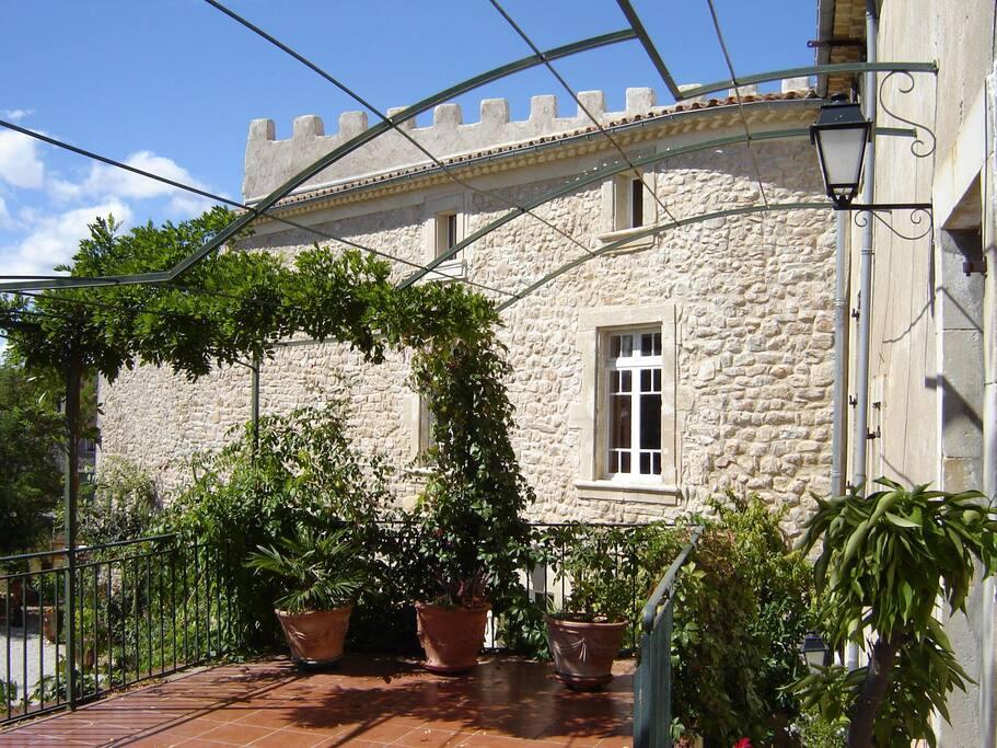 Vaste terrasse plein sud idéale pour les repas et son panorama .