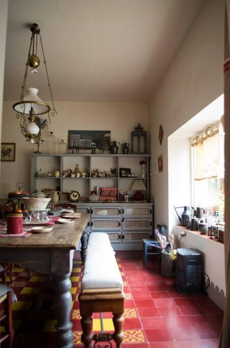 Espace petits déjeuners et tâbles d'hôtes intérieur.