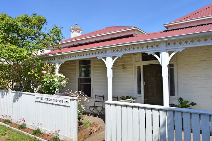 Alfred Dickens Cottage- Short walk to Hamilton CBD