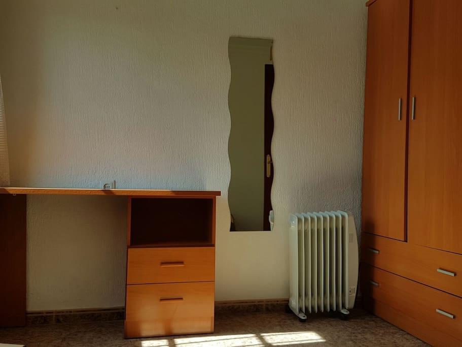 Habitación privada. Calefactor, mantas, escritorio , silla, armario amplio y todo lo que necesite. Luminosa.