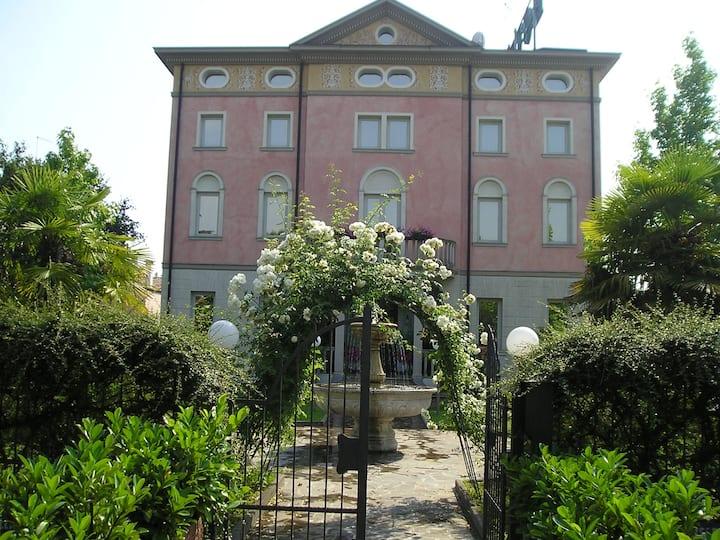 Camera Privata con bagno in Villa Storica