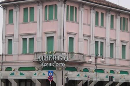 Edificio Storico di fine '800 - Noventa di Piave - 家庭式旅館