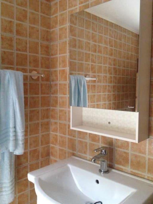 简洁干净的公共卫浴间