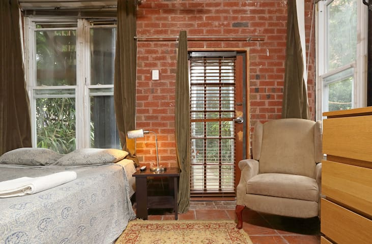Bedroom with Garden at the Back - Brooklyn - Byt
