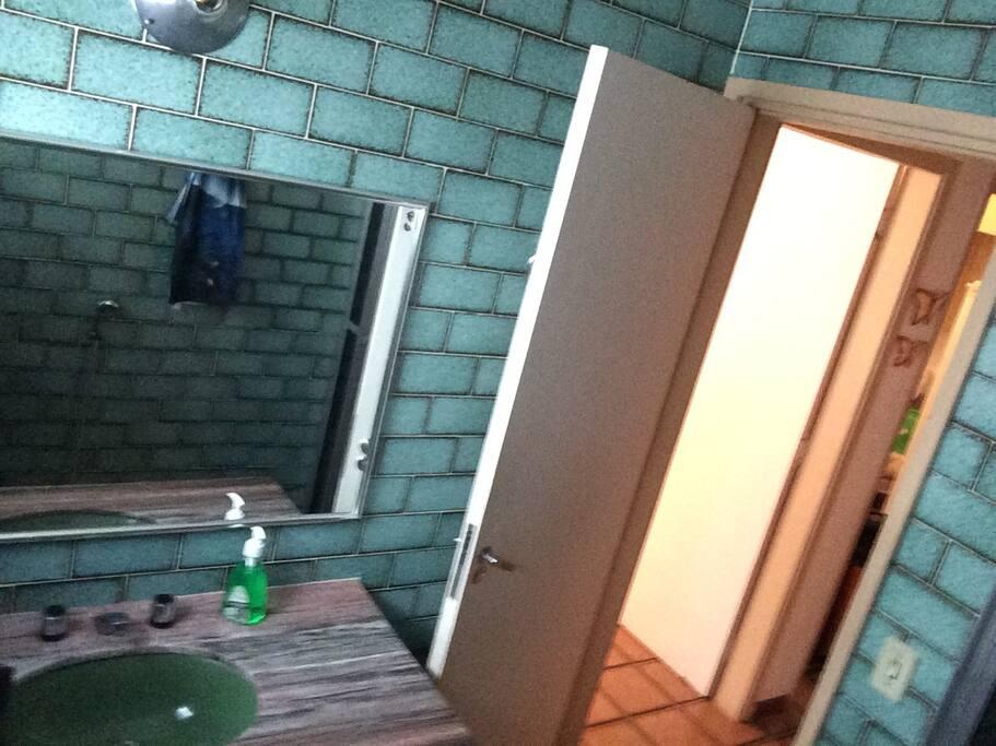 Dois banheiros um com espelho e amplo!