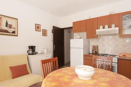 Apartments Mira / One Bedroom A2 - Splitska - Apartament