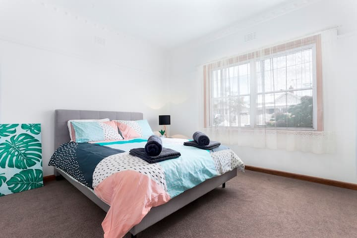 3 BED FAMILY HOUSE+WIFI+BIG YARD +WALK TO SHOPS - Geelong West - Casa