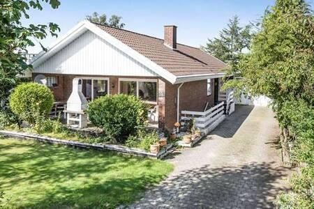 Villa ground Flat 138 m2 furnished. Weekend 1800kr - Tilst