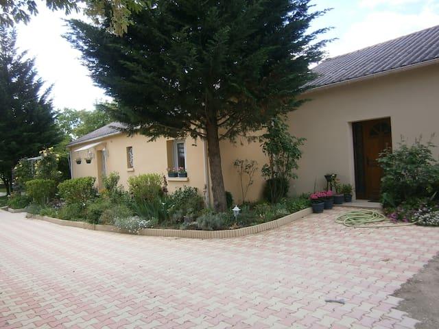 Petite maison au calme . Espace fleuri et arboré - Cahors - Ev