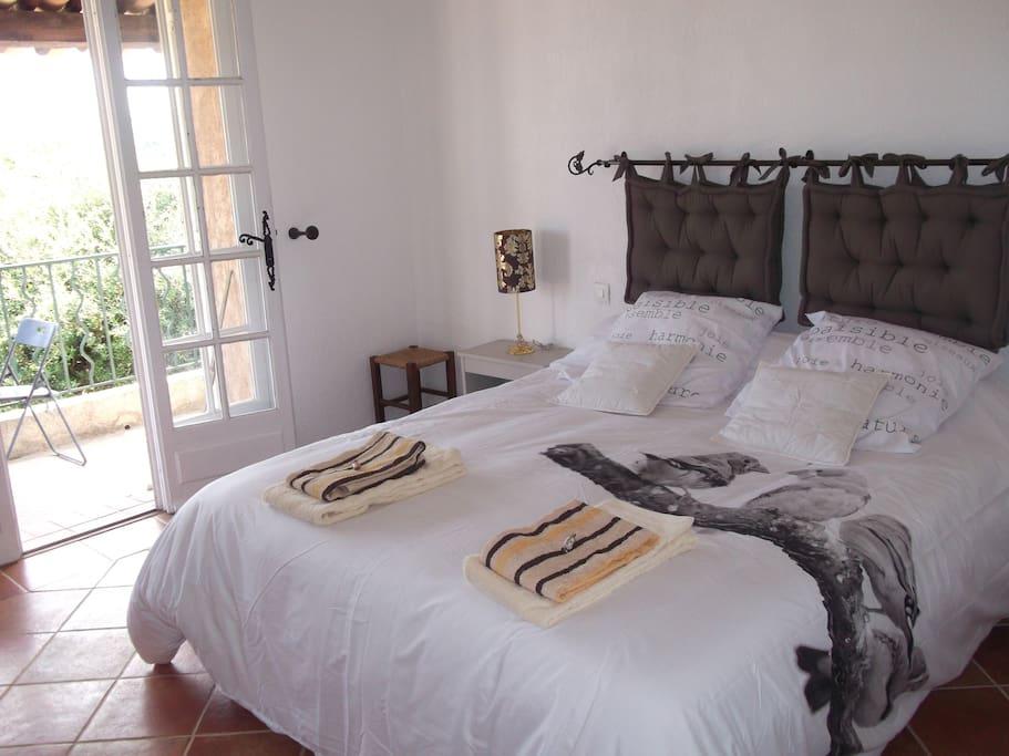 Chambre n°2 avec lit 2 personnes et balcon