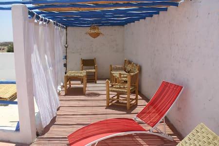 Maison avec terrasses et jardin
