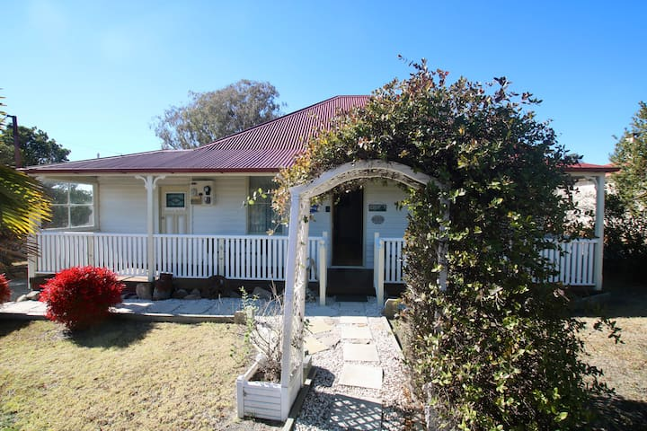 Tenterfield Cottage - Classic Country Charm
