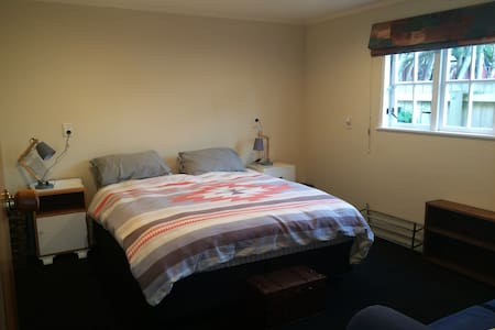 Private bedroom and bathroom - Upper Hutt - House