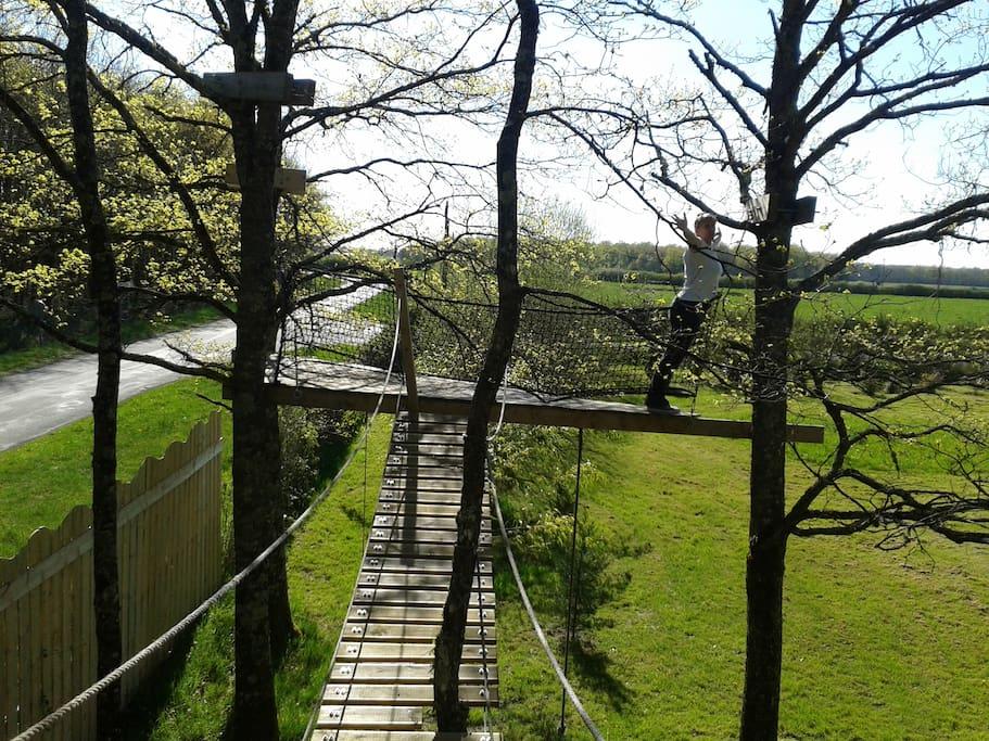 il y a même un pont de singe pour les téméraires