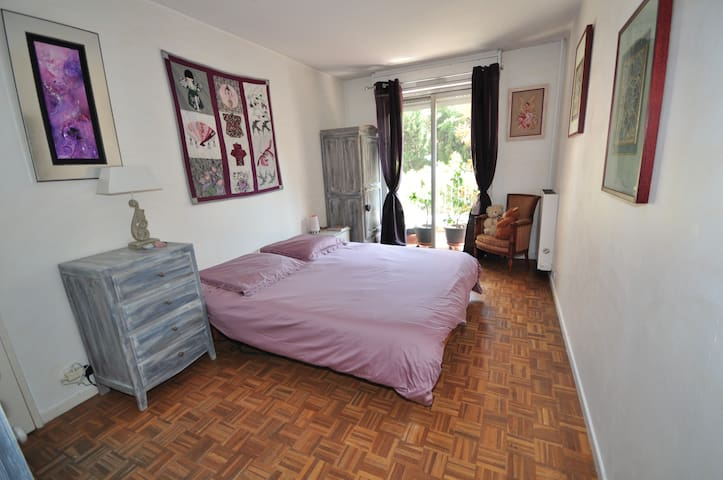 grande chambre au calme proche tram - Nice - Bed & Breakfast