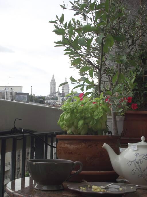 Petit déjeuner sur le balcon  ..  face au Sacré Coeur