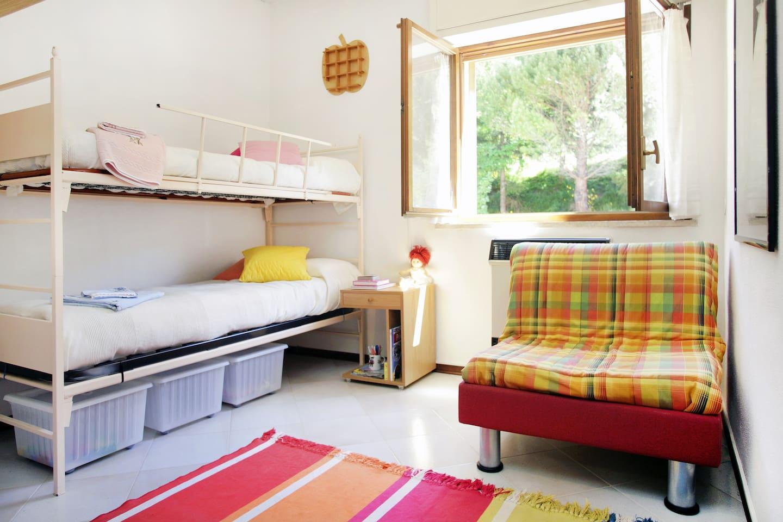 Cameretta con letto a castello e poltrona letto singola