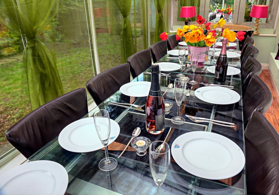 Dining conservatory for up to 26 guests